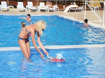 Мама с малышом в детском отделении голубого бассейна