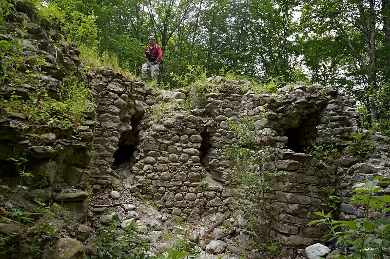 Каменные руины в лесной местности Красной Поляны