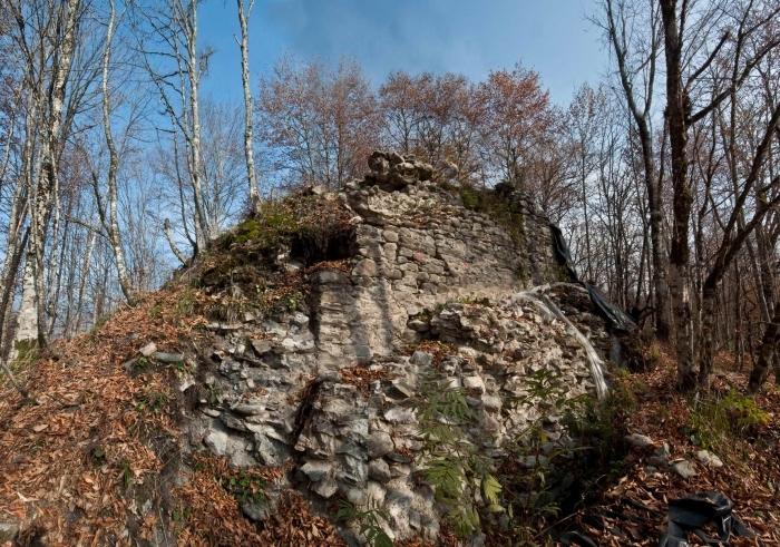 Разрушенная и поросшая мхом древняя башня