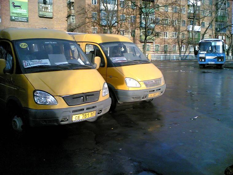 Две желтые маршрутки и синий автобус на улице в Сочи