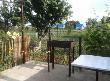 Мангал в уютном миниатюрном дворике турбазы