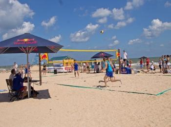 Волейбольная площадка для развлечения на песчаном пляже