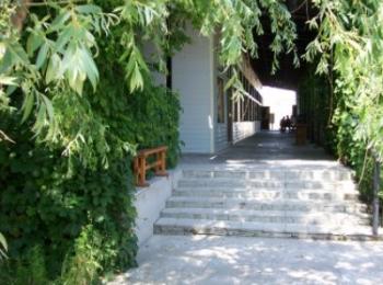 Уютная улочка с деревянной скамьей и мраморной лестницей