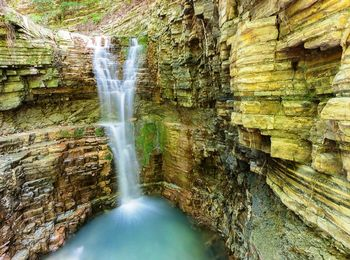 Потрясающий вид на скалы и водопады