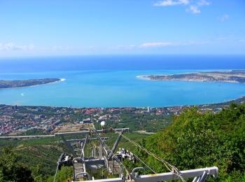 Фотография голубой Геленджикской бухты летом с высоты