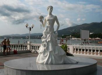 Памятник белой невесте на красивой набережной