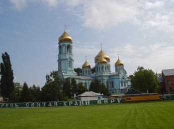 Белоснежный храм Святого Вознесения с позолоченными куполами