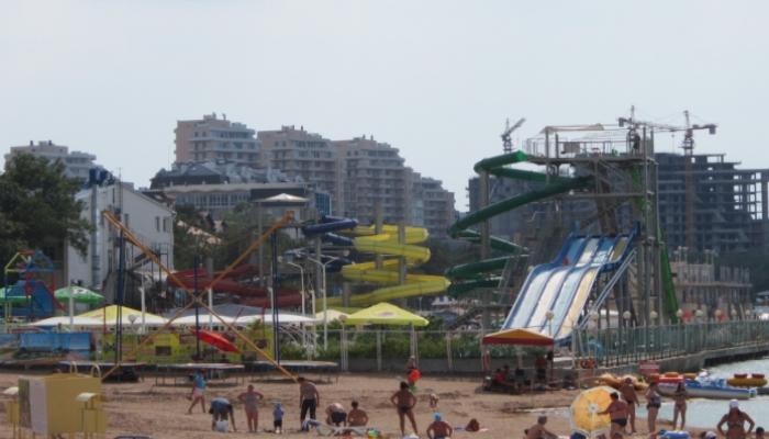 Пляж с собственным аквапарком полным разноцветных горок