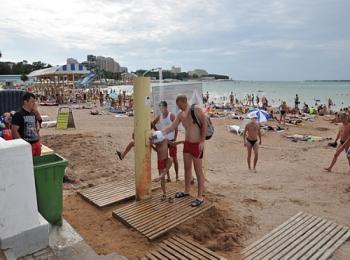 Открытая душевая для ополаскивания после купания в соленой воде на удобно оборудованном пляже