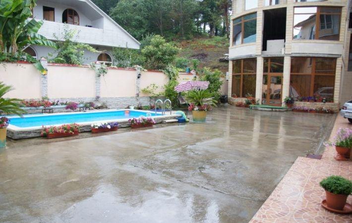 Благоустроенный чистый внутренний двор с цветами и бассейном