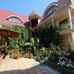 Большой частный дом-отель с зелеными насаждениями во дворе