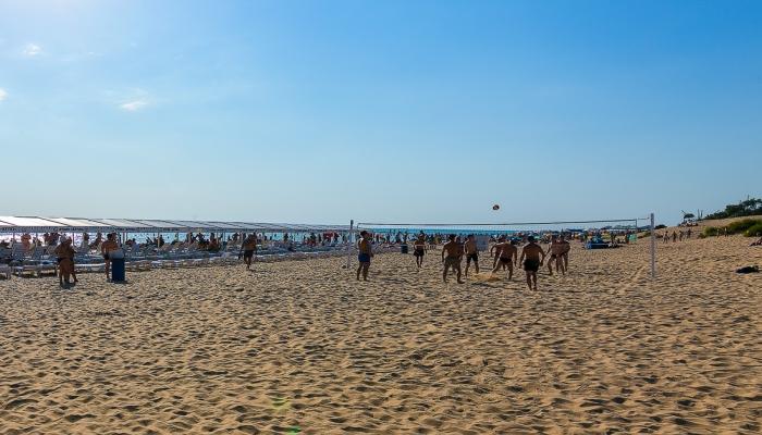 Широкий песочный пляж для морского отдыха курортников