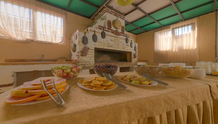 Фруктовый шведский стол в красивом помещении с русской печкой