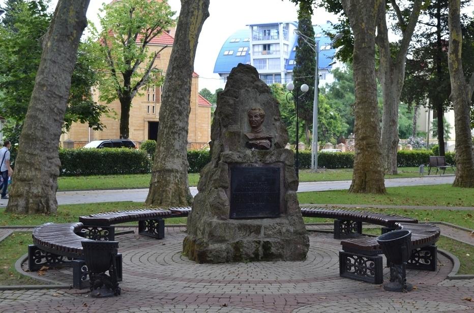 Красивый памятник писателю в зеленом парке