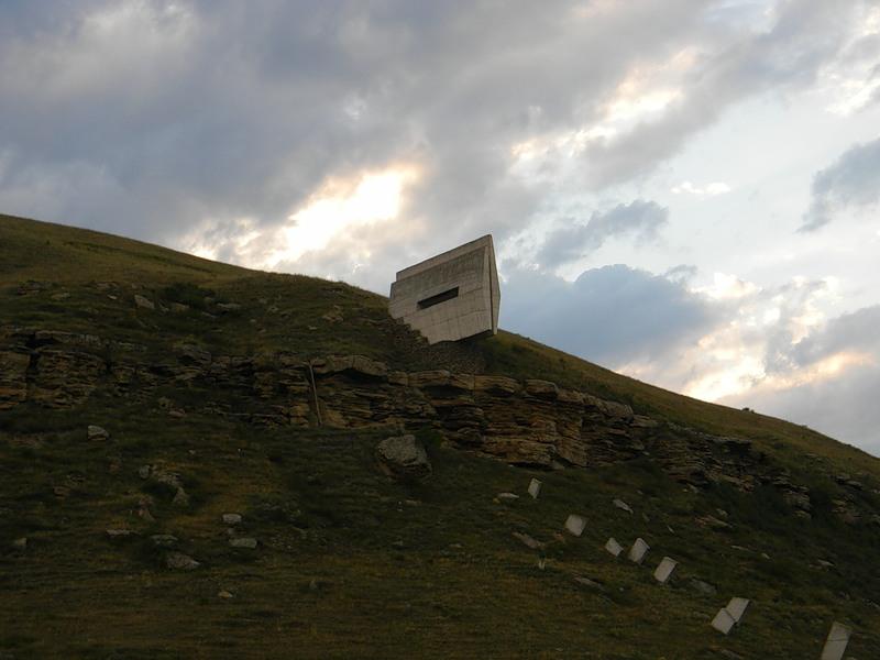 Скромный памятник героям второй мировой на склоне горы