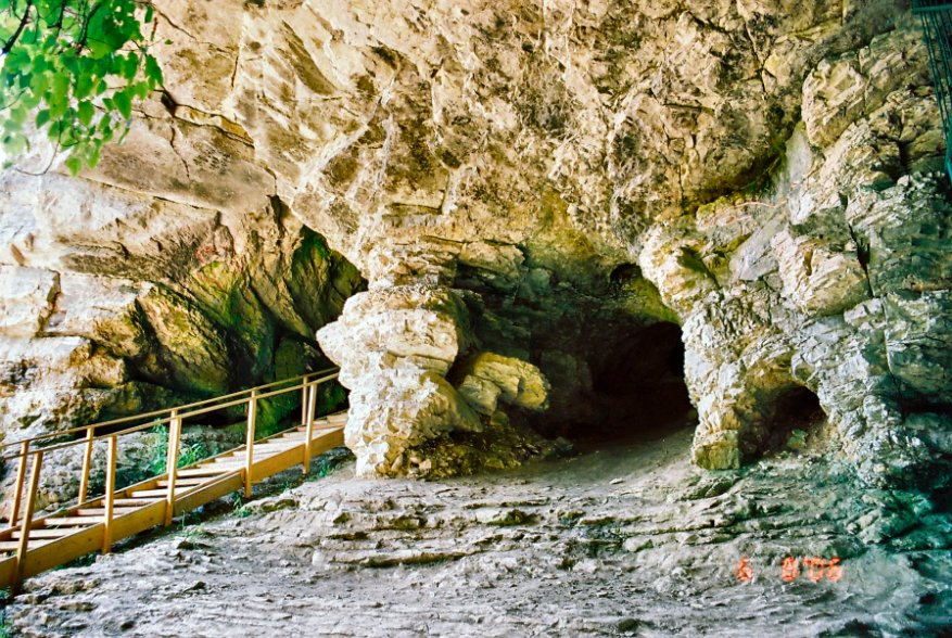 Небольшой вход с мостом в глубокую пещеру