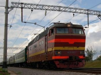 Бордовый поезд с красными и желтыми полосами