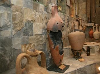 Древние греческие амфоры на выставке археологических достопримечательностей