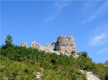 Полуразрушенная во время войны крепость на Геленджикском курорте