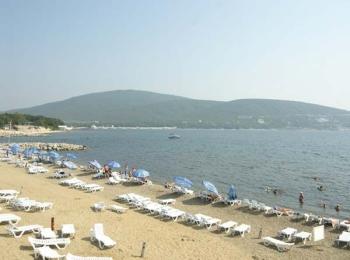 Ровный песчаный пляж со всеми необходимыми для отдыха удобствами