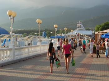 Светлая вымощенная камнем набережная у Центрального пляжа