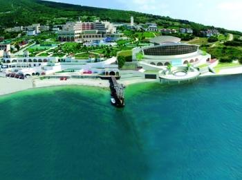 Зеленое застроенное побережье Геленджикской бухты и море глубокого бирюзового цвета
