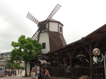 Ветряная мельница хлебно-винного музея и соседние заведения