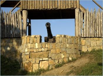 Пушечное дуло за каменным укреплением на склоне