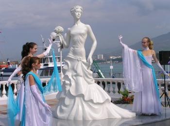 Три невесты с голубыми лентами вокруг памятника Белой невесте