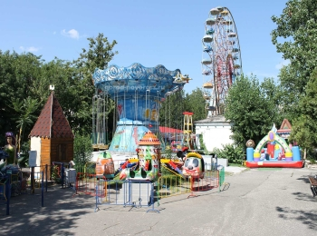 Развлекательный парк имени Ленина с разноцветными аттракционами