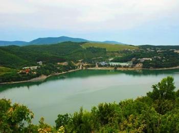 Пресноводное озеро неподалеку от берегов Черного моря с прилегающий к нему поселок