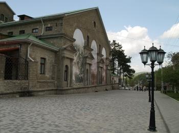 Ухоженная улица с фонарями и красивым древнем здании завода шампанских вин