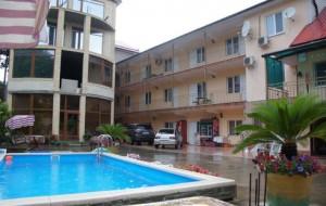 Главный двор и трехэтажный корпус гостевого дома Ноев Ковчег в Дагомысе