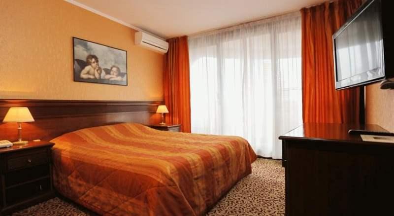 Изысканная комната для пары в оранжевых тонах