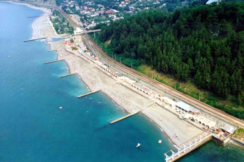 Широкий галечный пляж с разделительными пирсами  при Олимпийском отеле