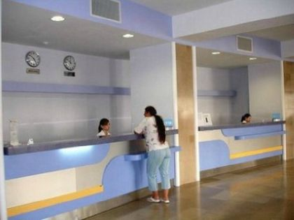 Холл медицинского центра выполненный в спокойных голубых и светло-желтых тонах