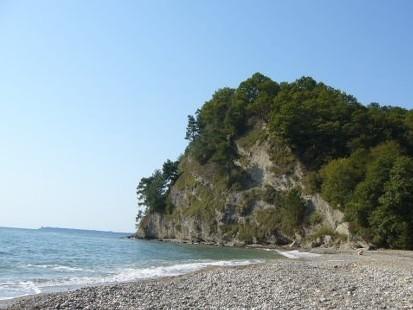 Чистая пляжная зона с мелкой галькой