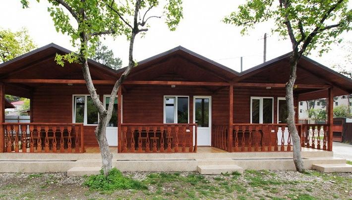 Три красно-коричневых домика для размещения туристов