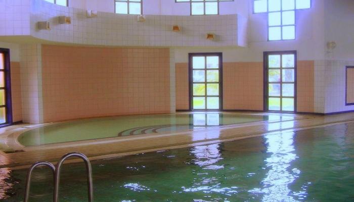 Помещение закрытого бассейна с морской водой