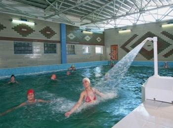 Постояльцы принимают полезный душ в морской воде бассейна