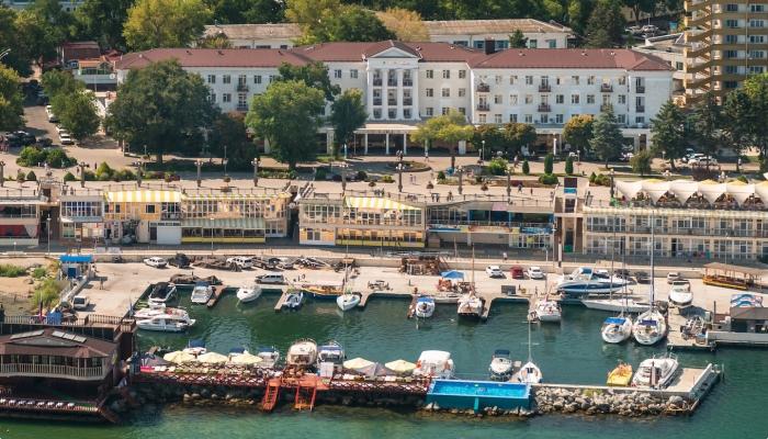 Величественный корпус санатория Старинная Анапа и прилегающий берег