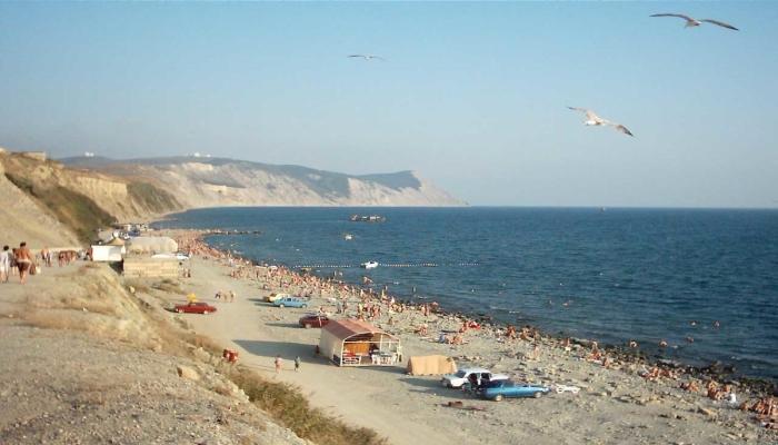 Аккуратный узкий пляж с немногочислеными лежаками для постояльцев санатория