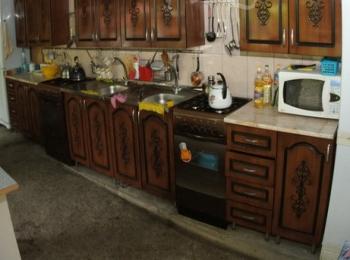 Чистая кухня с микроволновой печью, холодильником и остальными необходимыми для готовки устройствами