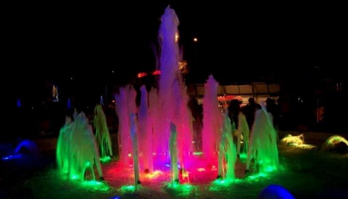 Разноцветные фонтаны на сочинской площади