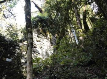 Разрушенная стена древней крепости