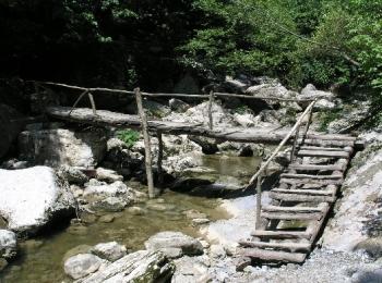 Деревянный хрупкий мост