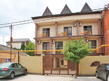 Трехэтажное здание гостевого дома Азат