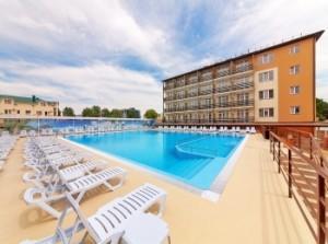 """Отель """"Гранд Круиз"""" в Джементе (Анапа) - вид на главный корпус и бассейн"""