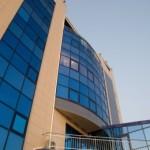 Сверкающий корпус пансионата Малахит с голубыми окнами