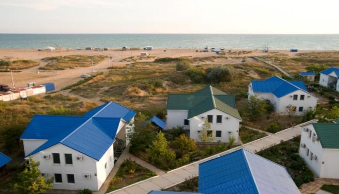 Коттеджи пансионата, окруженные зеленью, совсем недалеко от пляжа
